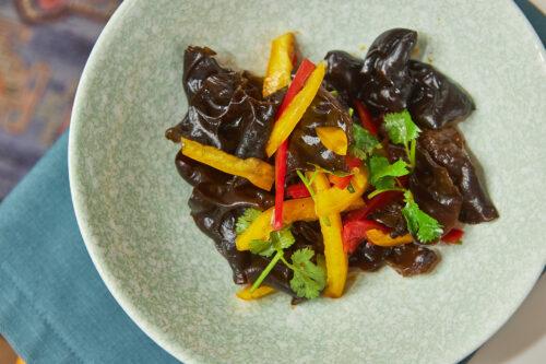 Салат с древесными грибами и кинзой