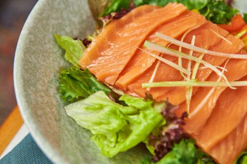 Зеленый салат с лососем