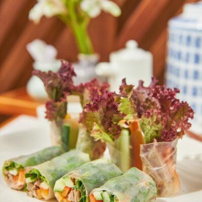 Утка с овощами в рисовой бумаге